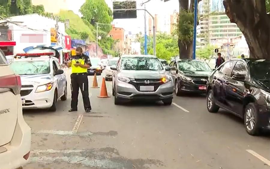 Batida entre 5 carros causa congestionamento na Av. Vasco da Gama; um dos veículos foi parar em entrada de loja