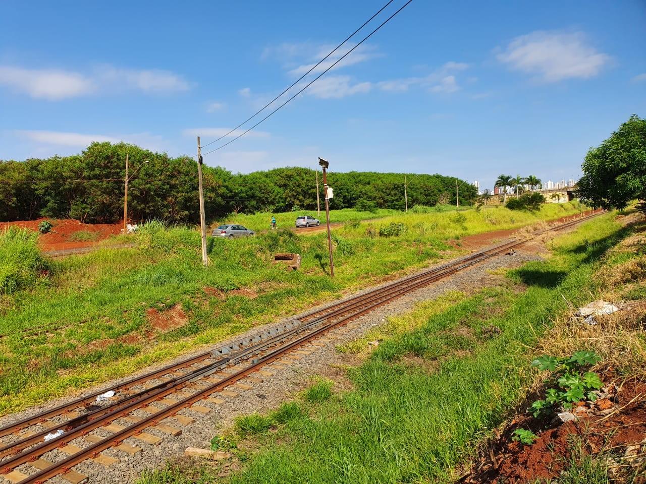 Jovem morre após ser atropelada por trem, em Maringá