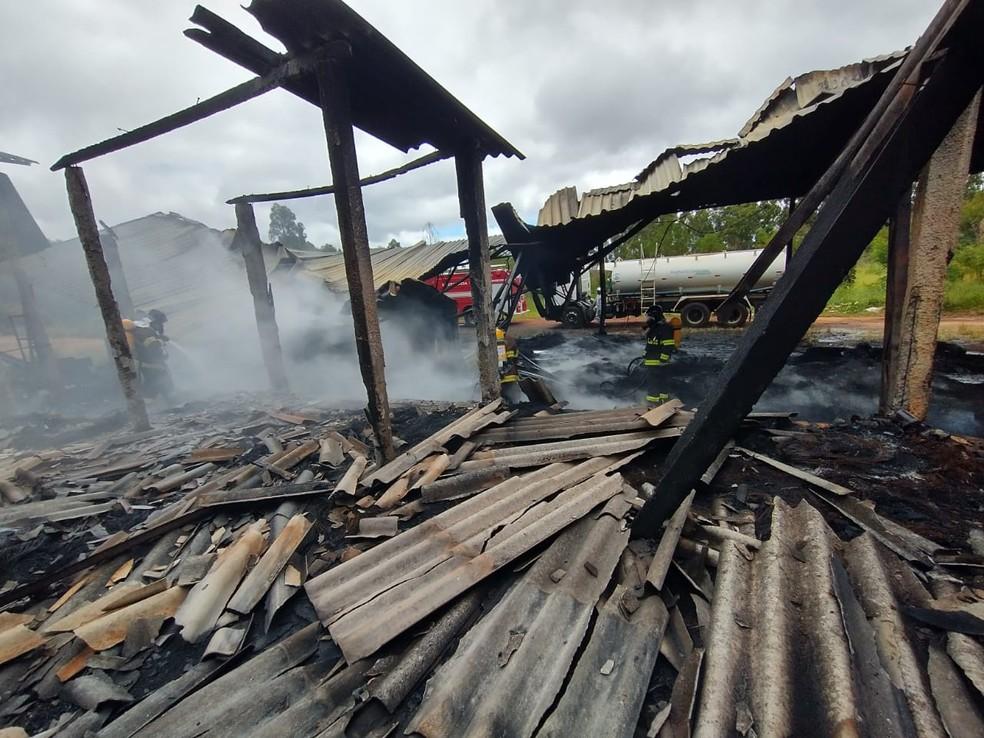 Estruturas metálicas ficaram danificadas após incêndio em Itatinga — Foto: Corpo de Bombeiros/Divulgação