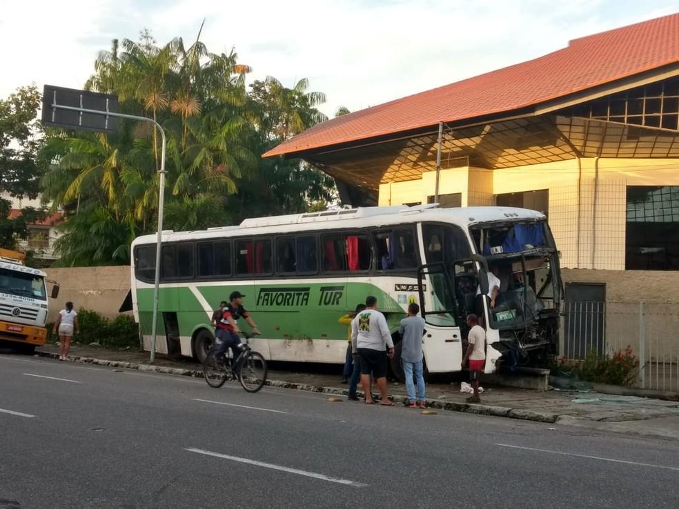onibus - Dois ônibus colidem em cruzamento e atingem academia e muro de santuário em Belém