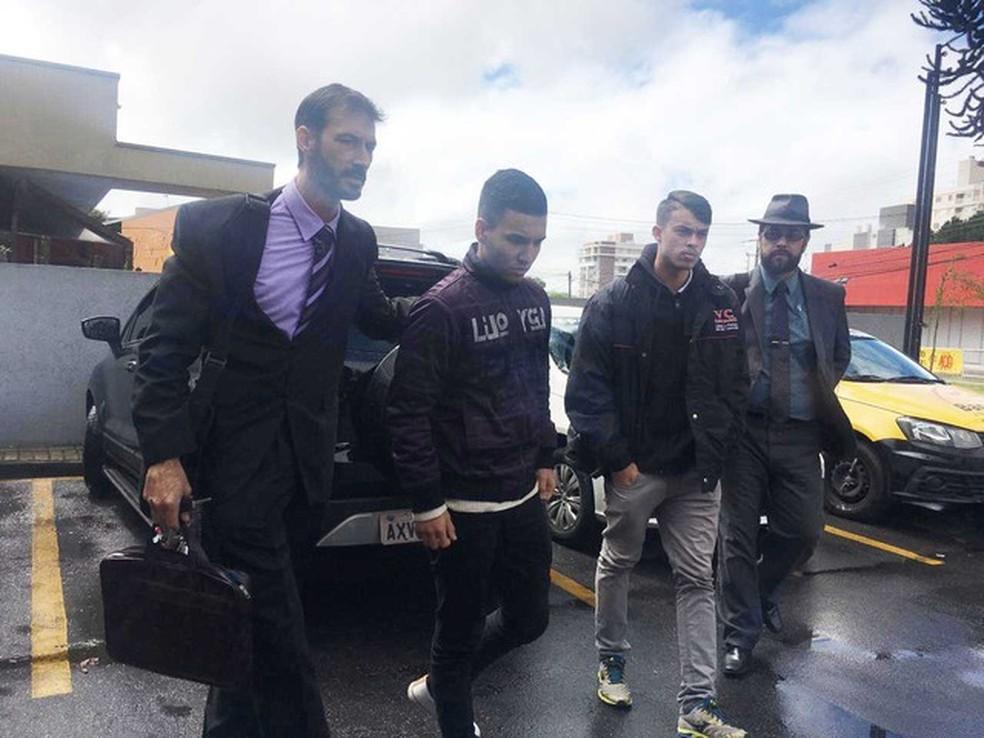 Ygor King, de 19 anos, (esq.) e David Willian da Silva, de 18 anos, (dir.) se apresentaram e foram presos — Foto: Reprodução/RPC
