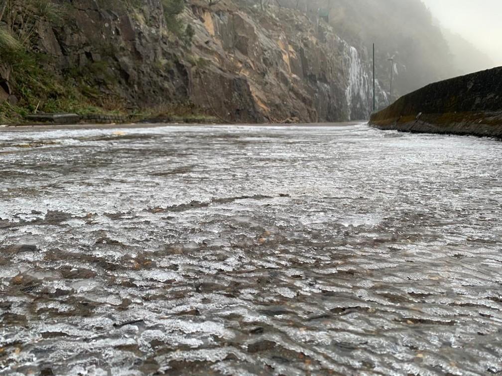 Pista na Serra do Rio do Rastro congelou em razão das baixas temperaturas — Foto: PMRv/Reprodução