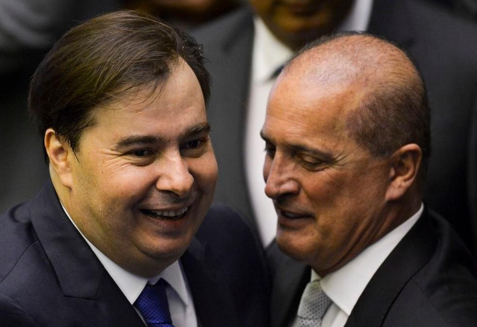 O presidente da Câmara, Rodrigo Maia (esq.), e o ministro da Casa Civil, Onyx Lorenzoni (dir.) — Foto: Marcelo Camargo/Agência Brasil