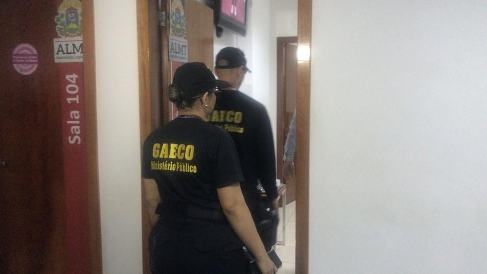 Mandados estão sendo cumpridos dentro da Assembleia Legislativa (Foto: Cristina Mayumi/TVCA)