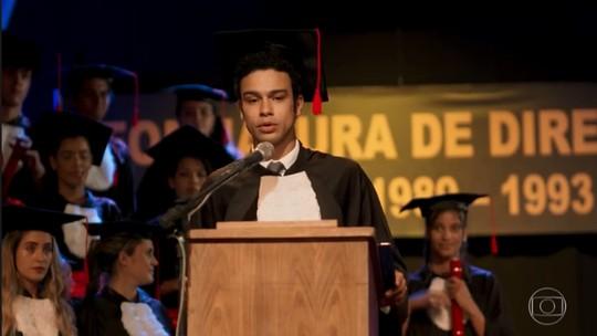 Diego se forma e faz discurso emocionante; reveja a cena