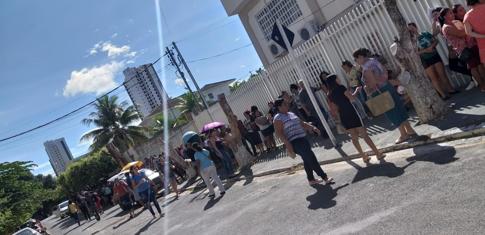 Candidatos reclamaram do sol durante a espera — Foto: Lizane Santiago/Arquivo pessoal
