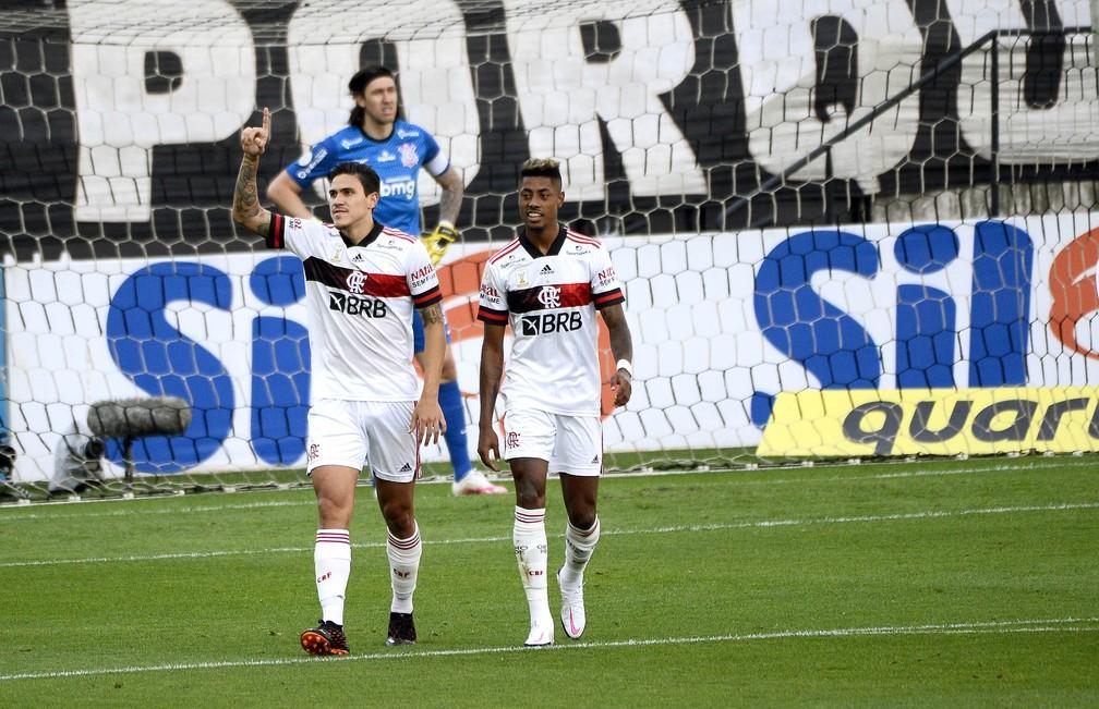 Pedro e Bruno Henrique no último Corinthians x Flamengo em Itaquera — Foto: Marcos Ribolli