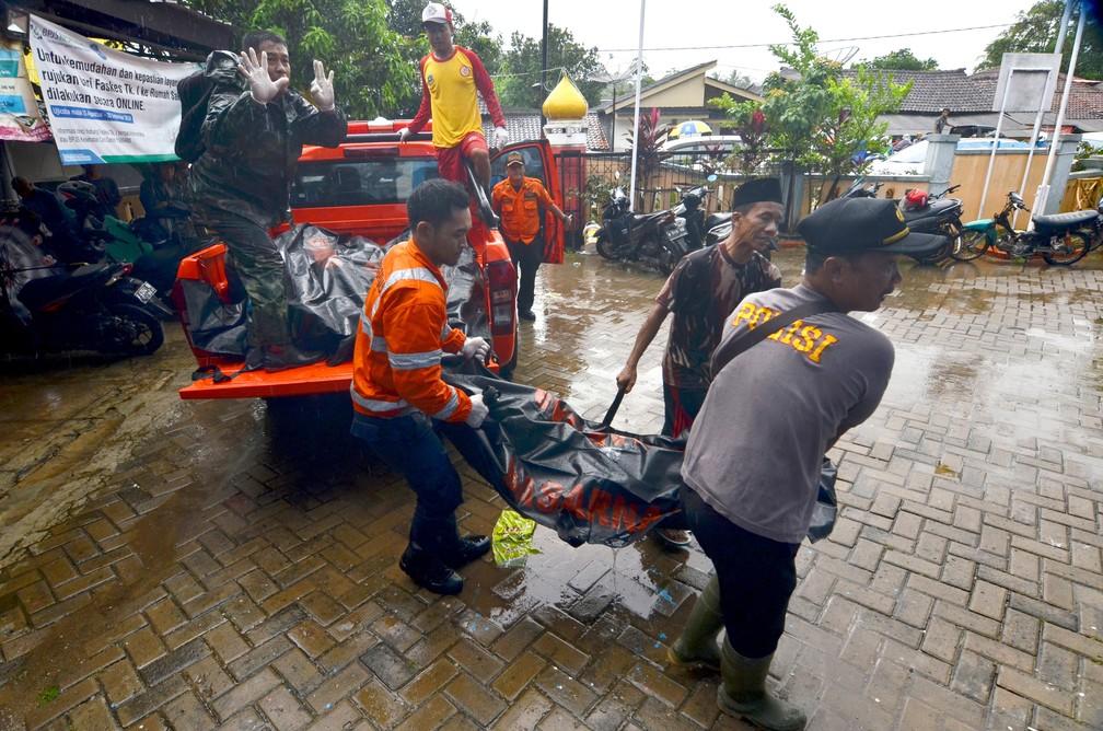 Corpos de vítimas de tsunami são resgatados em Carita após região ser atingida por ondas gigantes na noite de sábado (22) — Foto: Ronald / AFP