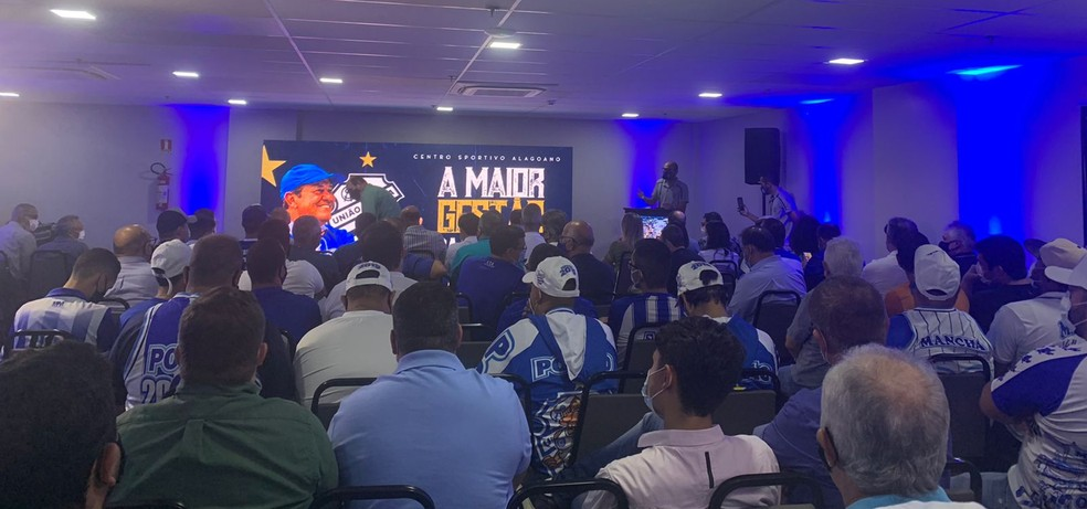 Reunião contou com conselheiros, torcedores e imprensa — Foto: Ricardo Amaral/TV Gazeta