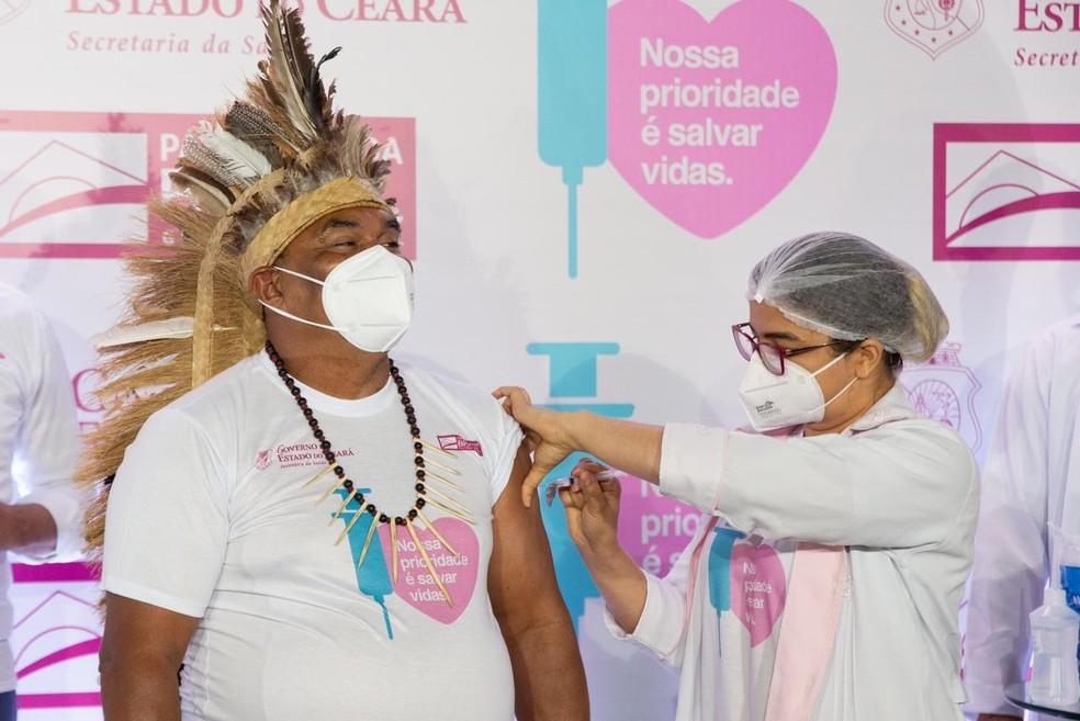 Dourado Tapeba, liderança indígena do Polo Caucaia, 59 anos é imunizado no Ceará — Foto: Thiago Gadelha
