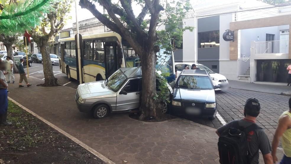 Ônibus prensa carro no Centro de Piraju — Foto: Diego dos Reis/Expresso Piraju