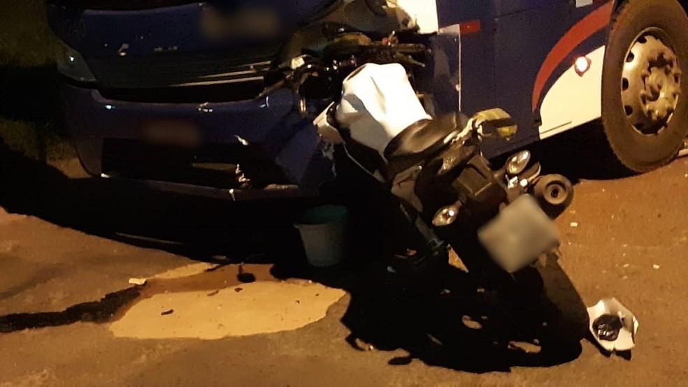 Jovem bateu com a moto que pilotava em um ônibus em Fernandópolis  — Foto: Reprodução/Regiãonoroeste