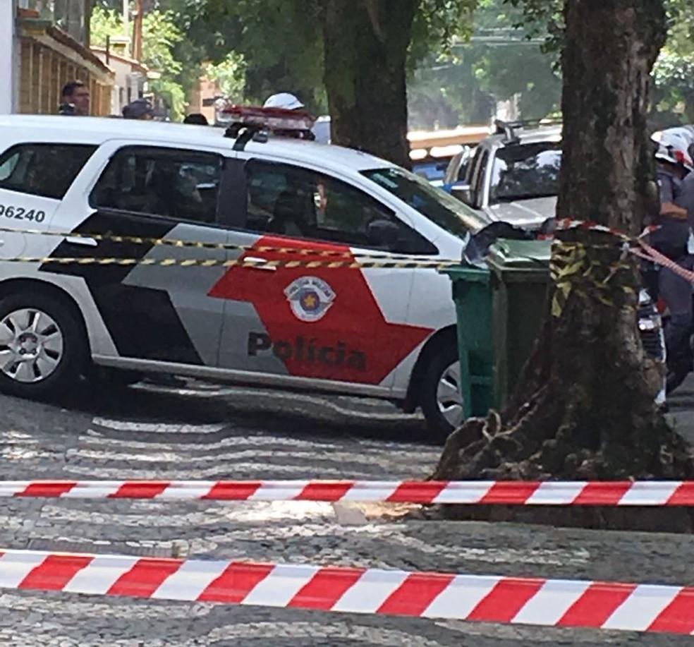 Menina foi encontrado dentro de lixeira no bairro Gonzaga, em Santos, SP (Foto: Marcela Pierotti/G1)