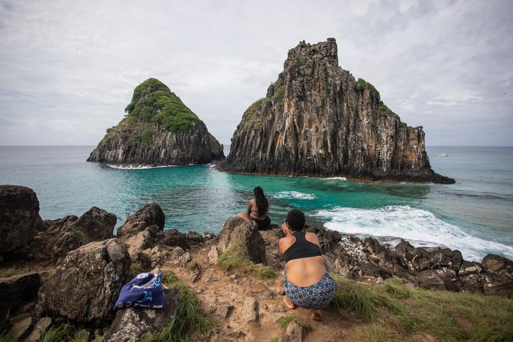 Turistas posam em frente ao Dois Irmãos, um dos cartões-postais de Fernando de Noronha — Foto: Fábio Tito/G1