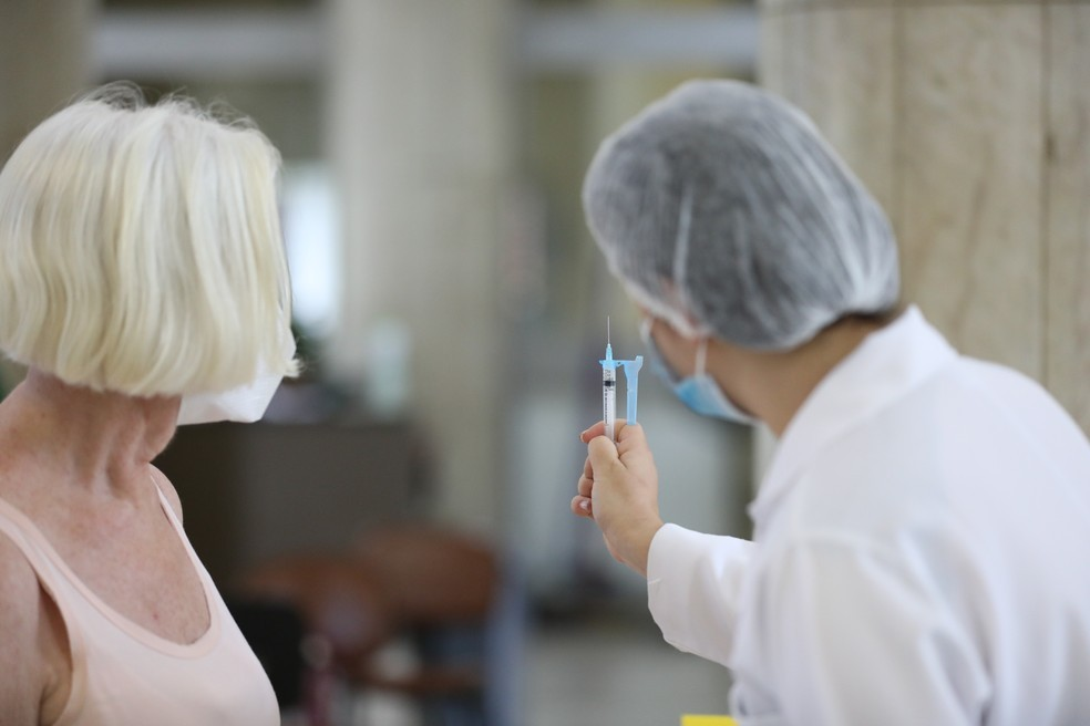 Secretaria orienta população que apresentar reações após vacina contra Covid-19 comunique a serviços de saúde, no Ceará