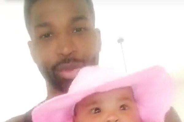O jogador de basquete Tristan Thompson, namorado de Khloé Kardashian, com a filha dos dois no colo (Foto: Divulgação)