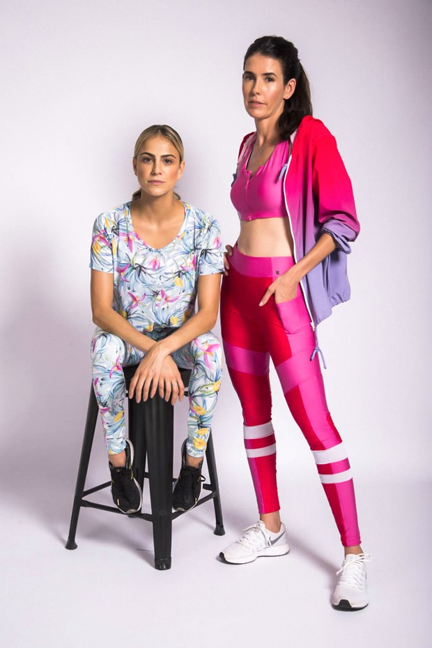 à esquerda, Gisela Saback veste camiseta (R$ 199,90) e legging (R$ 299,90); à direita, Gabriela Affonso Ferreira usa jaqueta (R$ 499,90), top (R$ 229,90) e legging (R$ 299,90), tudo parte da collab entre a Memo e a Isolda (Foto: Luca Pucci/Divulgação)