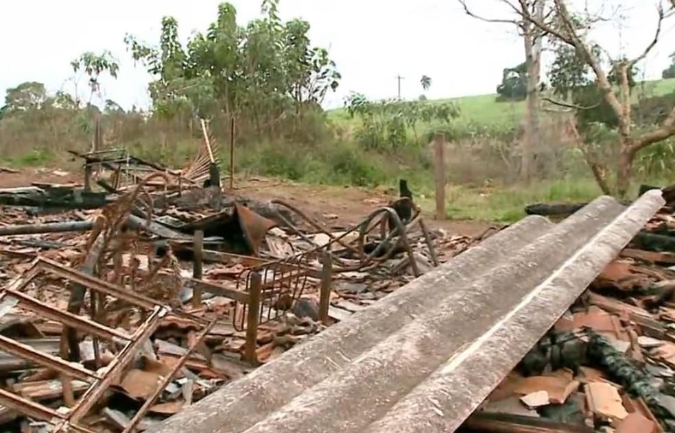 Casa incendiada em reserva onde foram registrados conflitos (Foto: Reprodução/RBS TV)