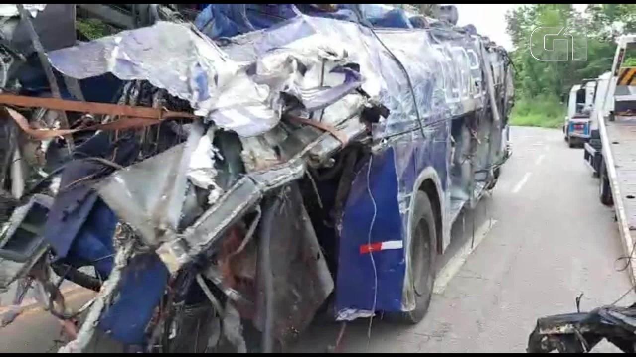 Destroços do ônibus que caiu em João Monlevade são retirados do local do acidente