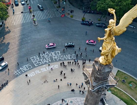 """""""Eles estão nos matando. Não ao silêncio"""", protestaram poucos manifestantes na Cidade do México, no ano passado, em reação a morte de jornalista (Foto: Hežctor Vivas/Latincontent/Getty Images)"""