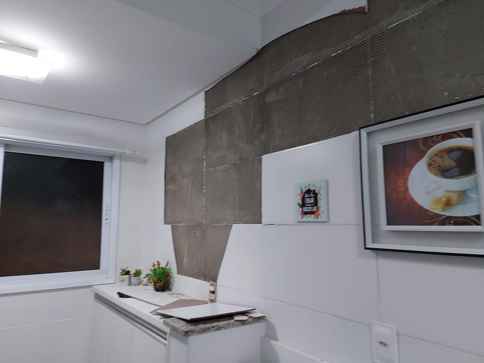 Revestimento de paredes de condomínio em Praia Grande estilhaçou com infiltrações — Foto: Arquivo Pessoal