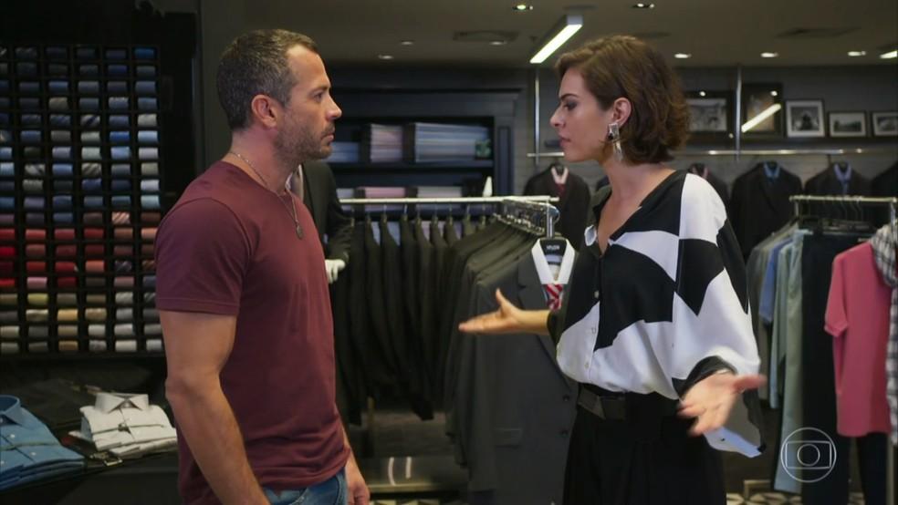Adriana (Isabel Wilker) não entende as insinuações de Apolo (Malvino Salvador) - 'Haja Coração' — Foto: Globo