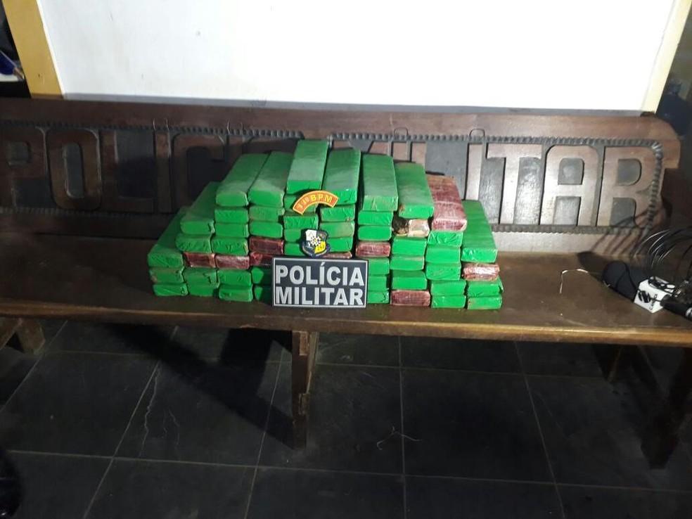O entorpecente foi apreendido e levado para a delegacia  (Foto: PM/Divulgação)