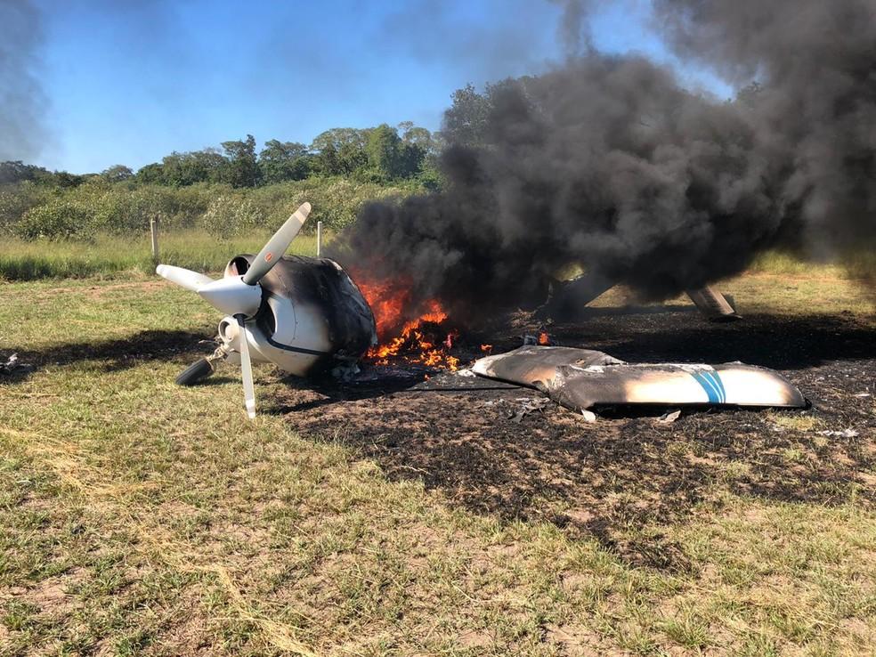 Avião é incendiado após interceptação da FAB — Foto: Ciopaer/MT