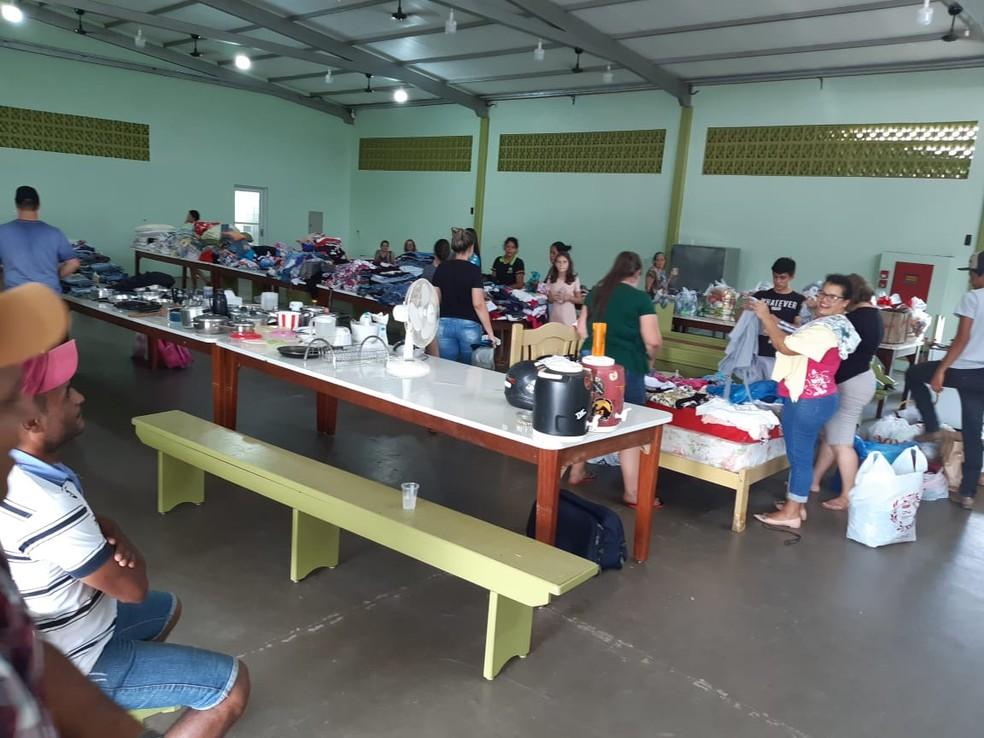 Voluntários trabalham para ajudar moradores afetados por temporal — Foto: Prefeitura de Juína/Divulgação