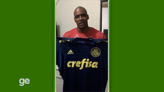 Jailson e Deyverson doam camisas para ajudar tratamento de garoto com paralisia cerebral em São José