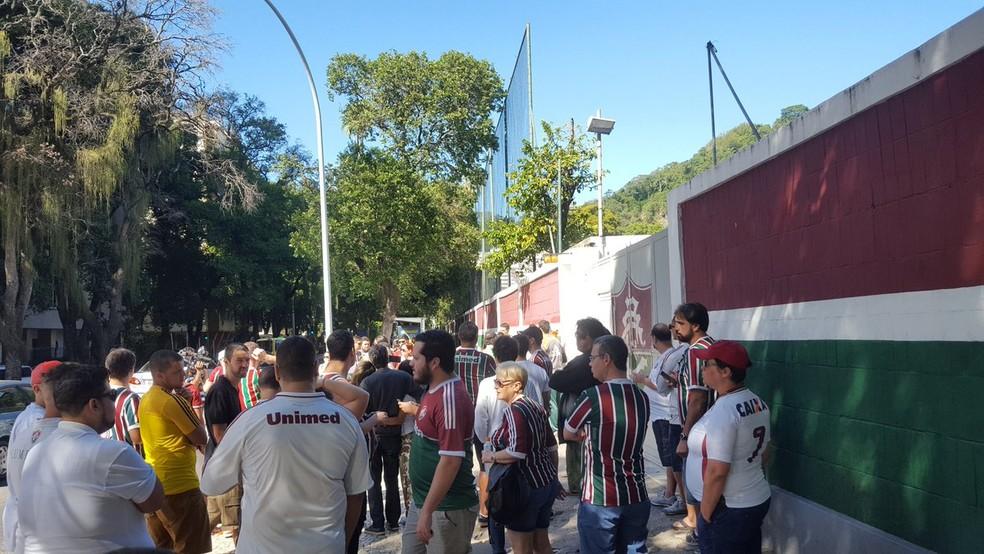 Torcedores começaram a chegar à sede antes das 10h (Foto: Hector Werlang / GloboEsporte.com)