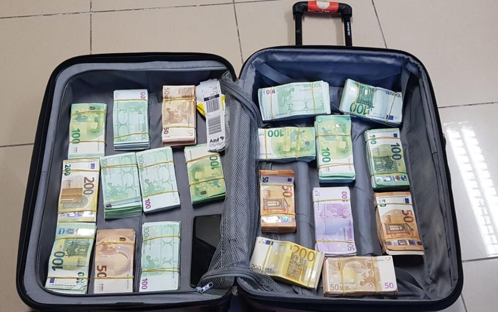 Cerca de R$ 1,7 milhão em euros estava escondido na mala de um taxista paraense preso no Recife — Foto: Polícia Federal/Divulgação