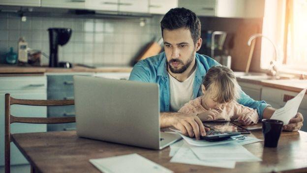 A pessoa que está preocupada com o trabalho fora do expediente pode ficar distante (Foto: Getty Images via BBC)