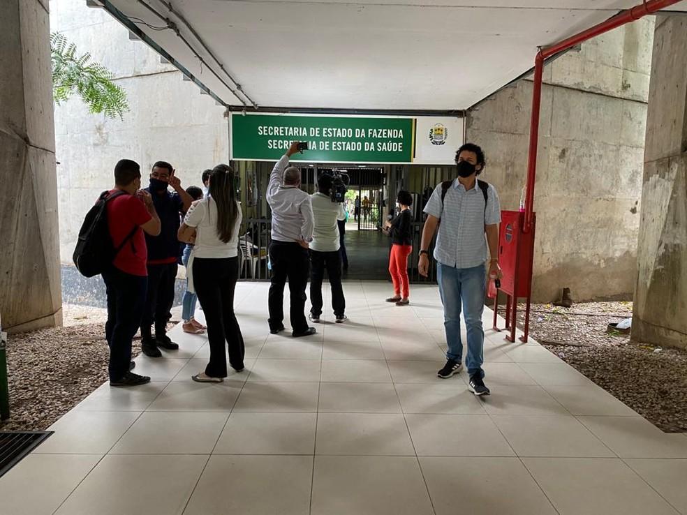 Funcionários da Sesapi foram impedidos de entrar no prédio para o cumprimento de mandados — Foto: Hélder Vilela /TV Clube