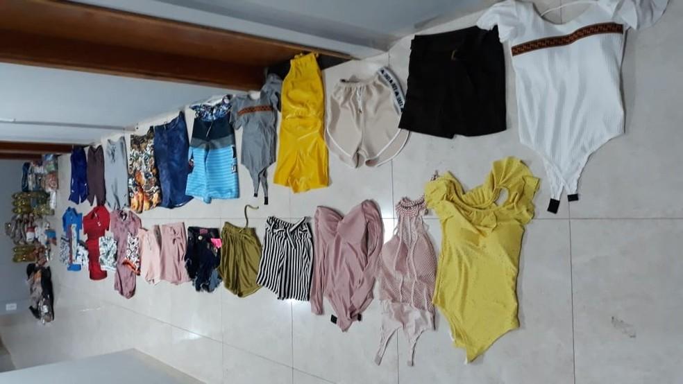 Roupas compradas pelo casal com os cartões de crédito de idosa foram apreendidas pela polícia  Foto: Polícia Civil/Divulgação