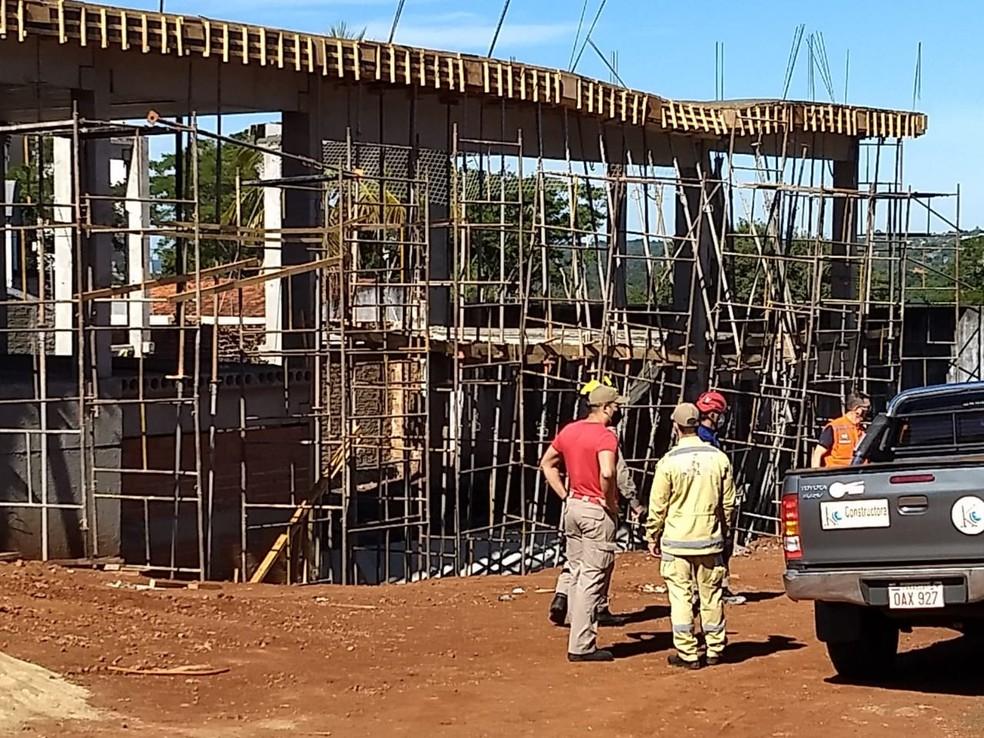 Operários ficam soterrados após laje de construção desabar, em Foz do Iguaçu — Foto: William Brisida/RPC