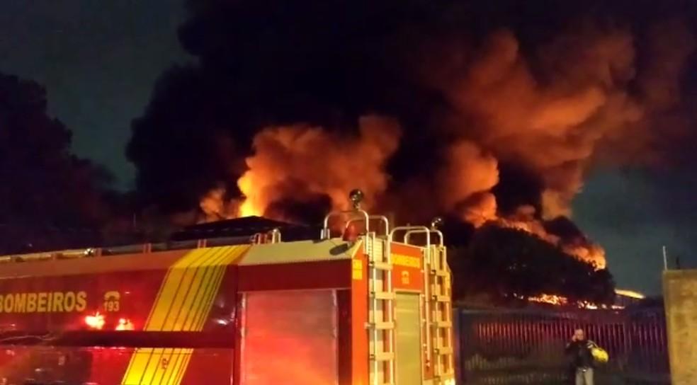 Incêndio atinge barracão perto da Linha Verde, em Curitiba — Foto: Colaboração/RPC
