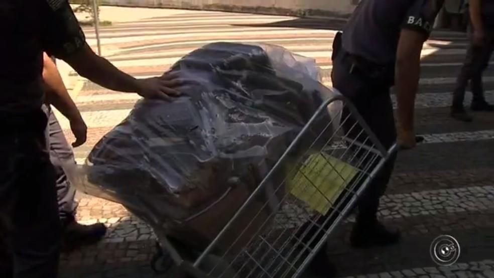 Policiais tiveram que usar um carrinho para carregar material apreendido (Foto: Reprodução/TV TEM)