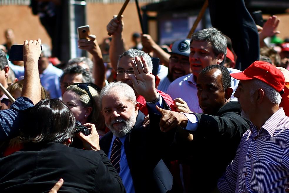 Ex-presidente Lula recebe apoio de aliados antes de depor a Moro em Curitiba nesta terça-feira (13) (Foto: Heuler Andrey/AFP)