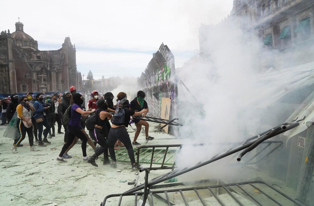 Manifestantes retiram cercas que bloqueiam a passagem para o Palacio Nacional do México em 8 de março de 2021 — Foto: Toya Sarno Jordan/Reuters