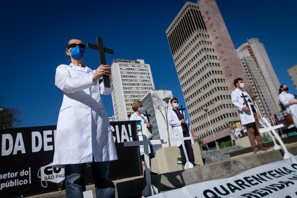 Profissionais da saúde fazem ato na Praça Roosevelt, no Centro de SP — Foto: LINCON ZARBIETTI/AGIF - AGÊNCIA DE FOTOGRAFIA/ESTADÃO CONTEÚDO