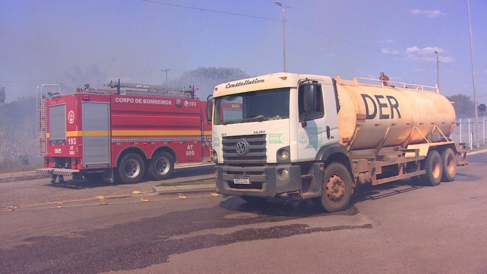 Caminhão pipa foi chamado para o combate a queimada no Parque da Cidade — Foto: Ruan Gabriel/Rede Amazônica