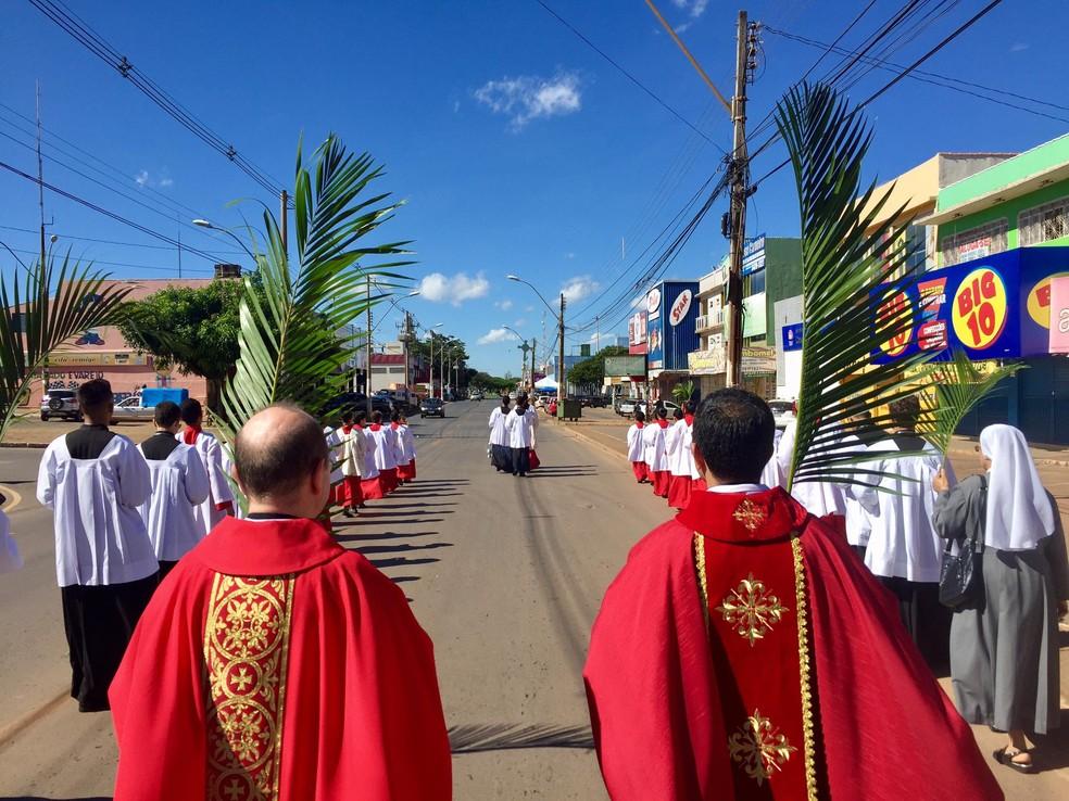 Procissão durante a semana santa em Brazlândia, no DF, em imagem de arquivo — Foto: Facebook/Reprodução
