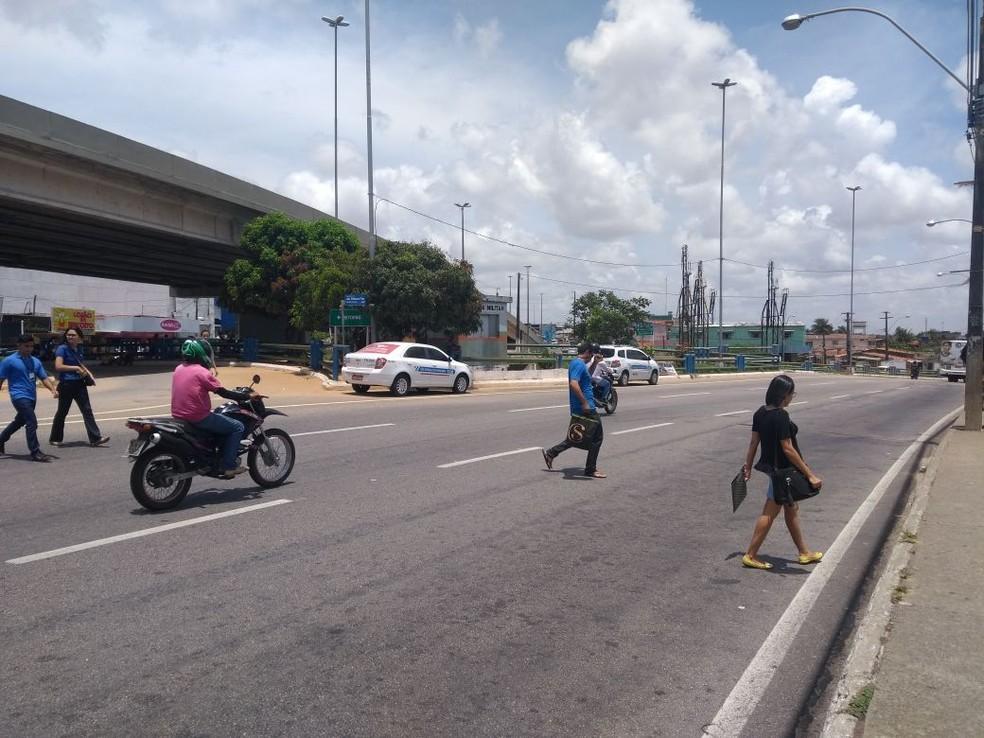 Pedestres se arriscam ao atravessar a avenida João Medeiros Filho, em Natal  (Foto: Lucas Cortez/G1)