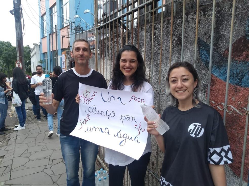 Grupo de voluntários ofereceu água para acalmar candidatos ao Enem 2019 em Santa Maria (RS) — Foto: Maurício Rebellato/RBS TV