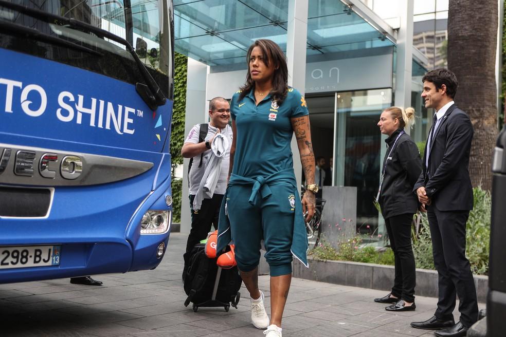 Bárbara na viagem da seleção brasileira feminina de Montpellier para Lille — Foto: CBF