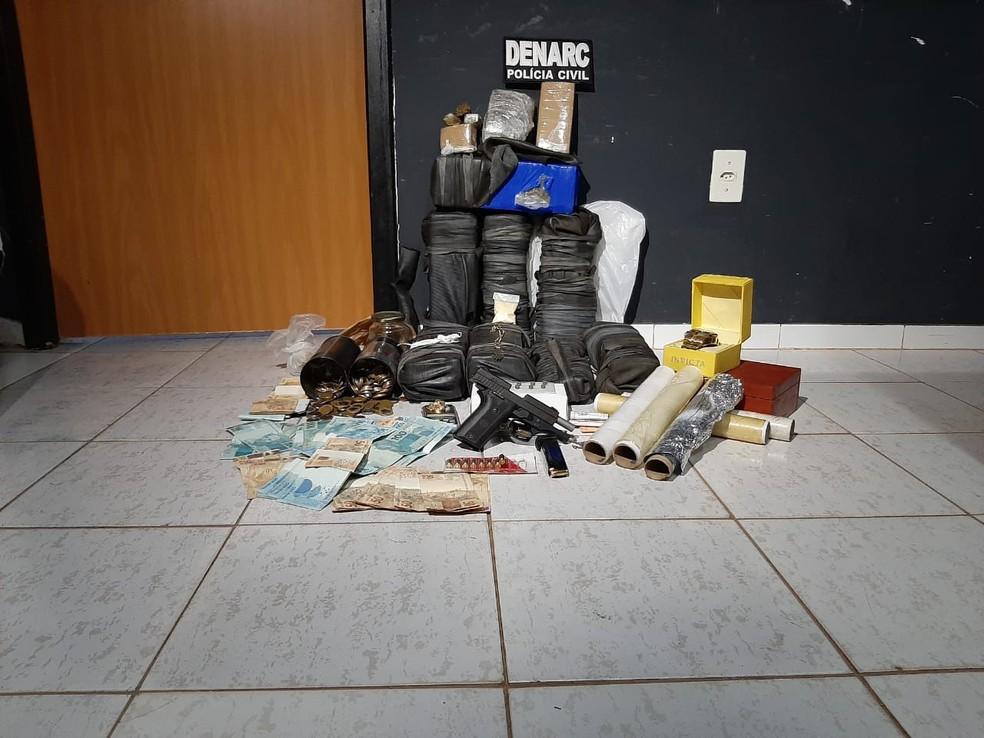 Drogas, dinheiro e joias apreendidas pela polícia  — Foto: Túlio Alves/TV Anhanguera