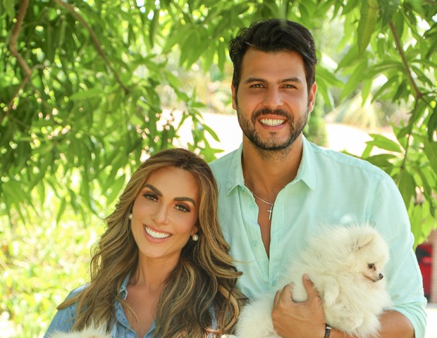 Nicole Bahls, Marcelo Bimbi e seus cachorros (Foto: Vinny Nunes/ Divulgação)