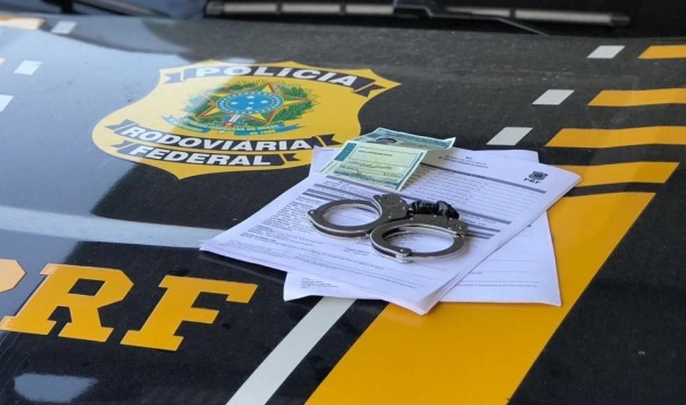 Homem foi flagrado com habilitação falsa — Foto: PRF/Divulgação