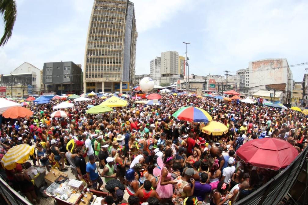 Multidão acompanha desfile do Galo da Madrugada no Recife — Foto: Marlon Costa/Pernambuco Press